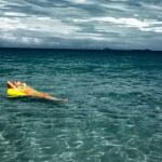 mujer en un océano — Foto de Stock