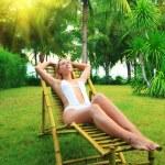mujer tomando el sol — Foto de Stock   #2574733