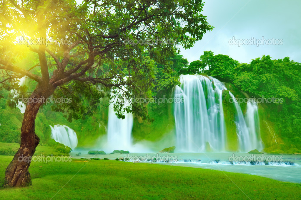 Banyue or Ban Gioc waterfall along Vietnamese and Chinese board. — Stock Photo #2576023