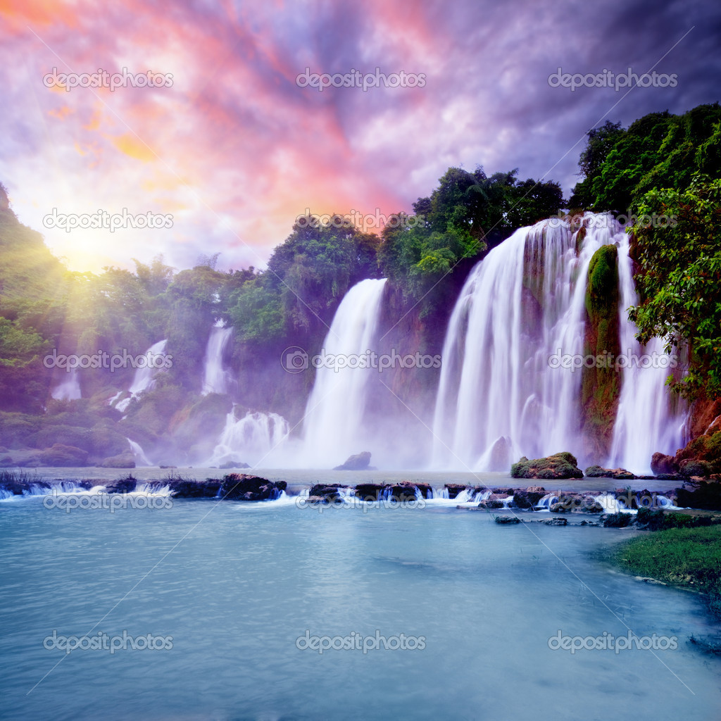 Banyue or Ban Gioc waterfall along Vietnamese and Chinese board. — Stock Photo #2576051