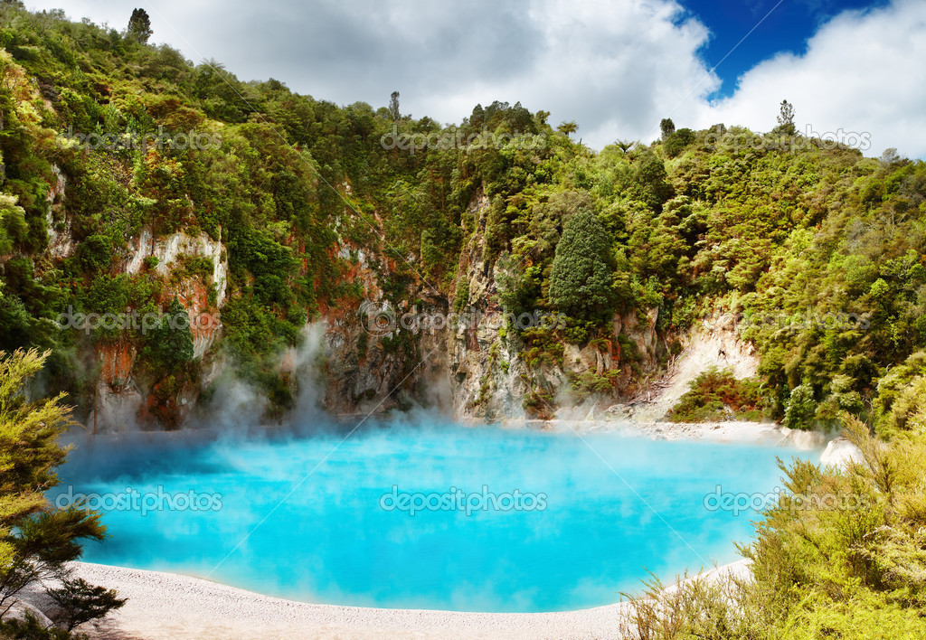 Inferno Crater Lake in Waimangu volcanic valley, New Zealand — Stock Photo #1593204