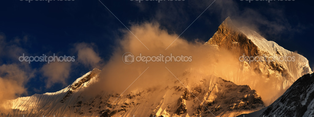 Sunset in Himalaya, Machhapuchhre mountain in Nepal (Fishtail) — Stock Photo #1612042
