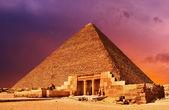 Vinho na camafantasia de pirâmide — Foto Stock