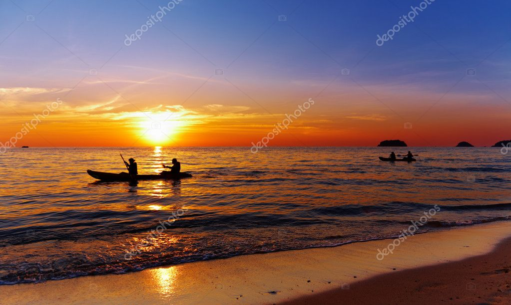 Seascape with kayakers at sunset, Chang island, Thailand — Stock Photo #2300110