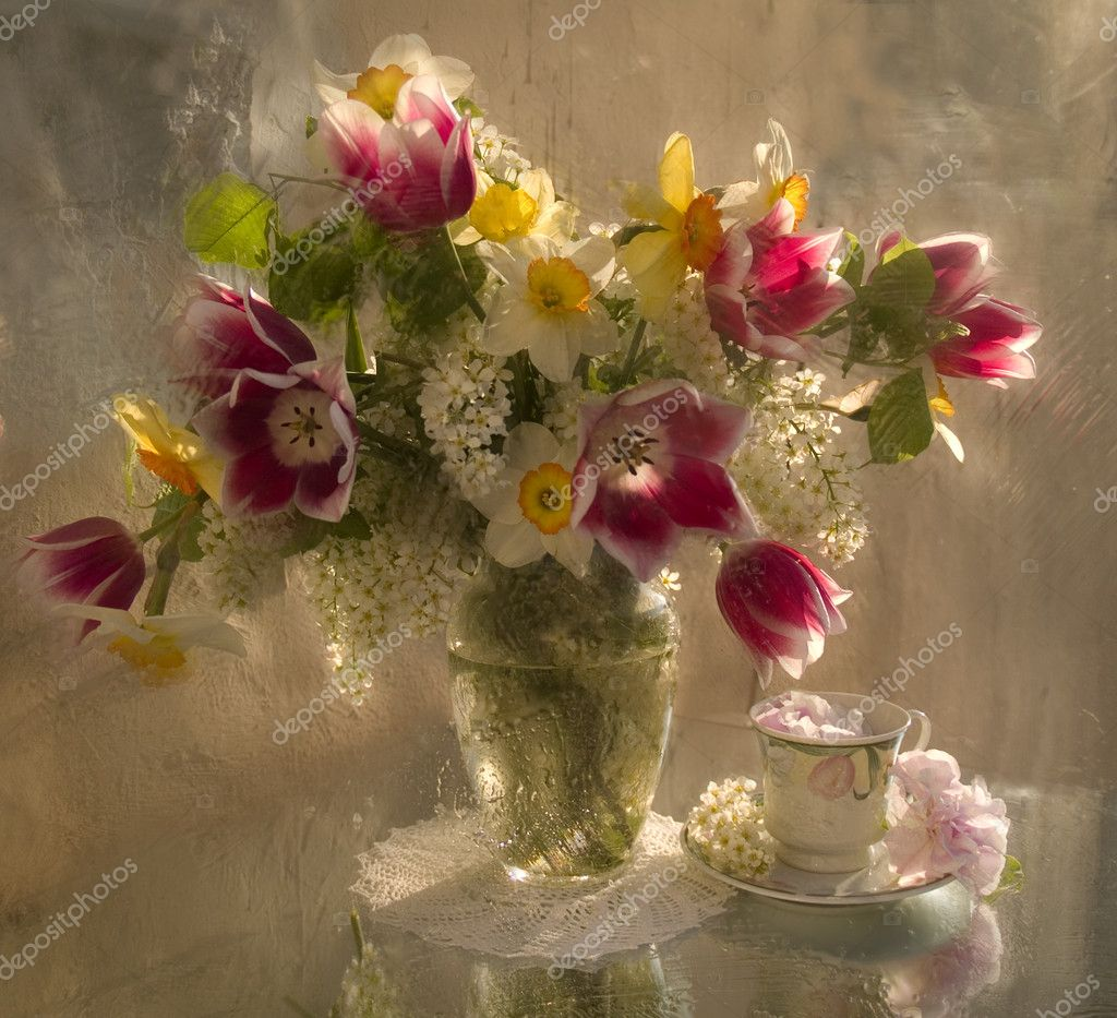 Bouquet of flowers in a vase — Stock Photo #2437512