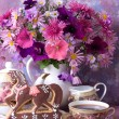 Cup of tea and a bouquet of flowers in a white jug — Стоковая фотография