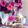 Foto Stock: Still Life with flowers and tea