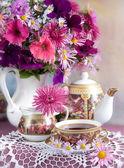 Nature morte avec fleurs et thé — Photo