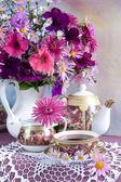 Stilleben med blommor och te — Stockfoto