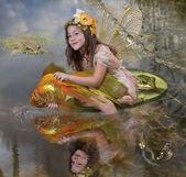Flicka elf och guld fisk — Stockfoto