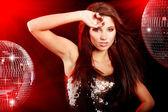 Chica bailando sobre fondo de bola de espejo — Foto de Stock