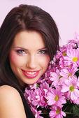 Kvinna med blommor — Stockfoto