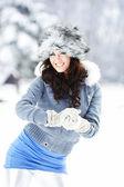 Jovem mulher ao ar livre no inverno — Fotografia Stock