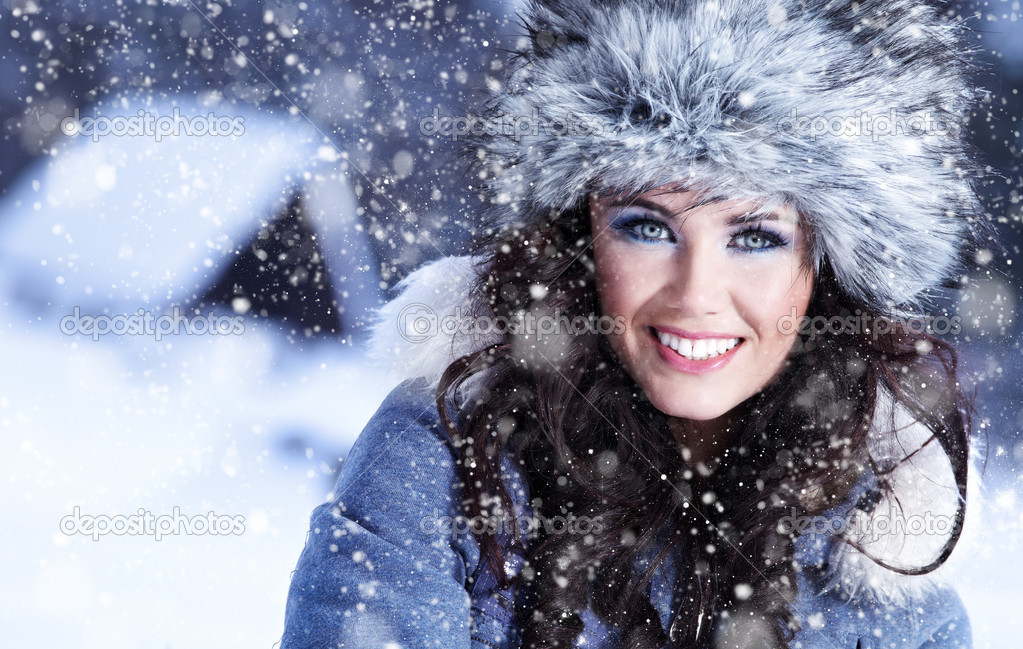 Happy young  woman plays with a snow — Stock Photo #1660566