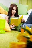 Kobieta czytająca książkę — Zdjęcie stockowe