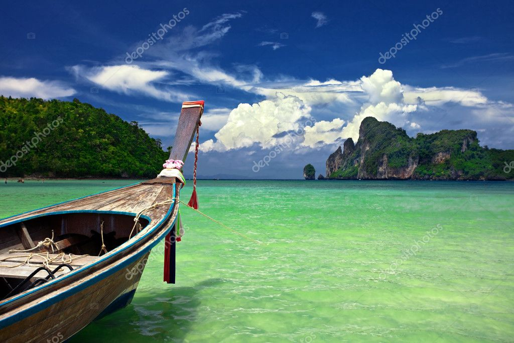 Boat in the tropical sea. Phi Phi island. Thailand — Stock Photo #1583698