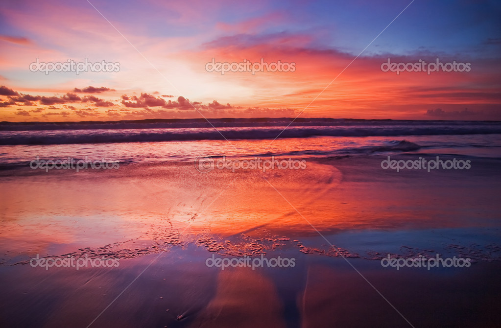 Sunset on tropical beach. Legian beach. Bali island, Indonesia — Stockfoto #1618705