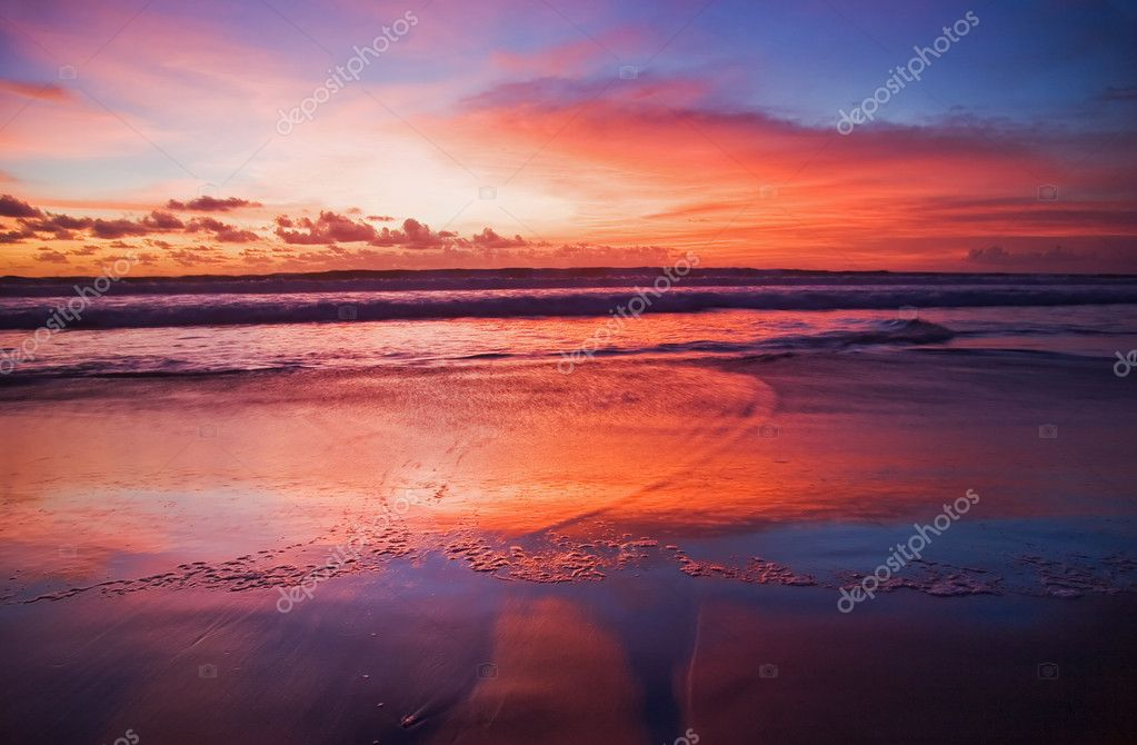 Sunset on tropical beach. Legian beach. Bali island, Indonesia — Stok fotoğraf #1618705