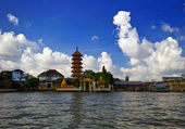 Buddhist temple on the river. — Stock Photo