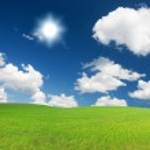 groene heuvel onder blauw bewolkte hemel whit su — Stockfoto