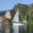 Sailboat in tropical bay — Stock fotografie
