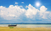 Fishing boat by low tide — Stock Photo