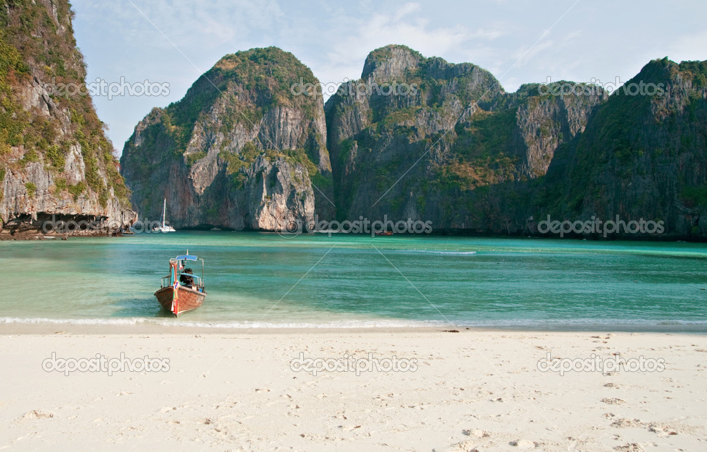 Tropical beach, Maya Bay, Thailand — Stock Photo #1616719