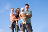 空に対して幸せな家族 — ストック写真