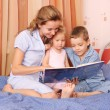 Mum reads the book to the children 2 — Stock Photo