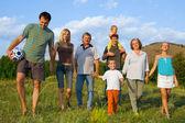 Famiglia felice grande sulla natura — Foto Stock