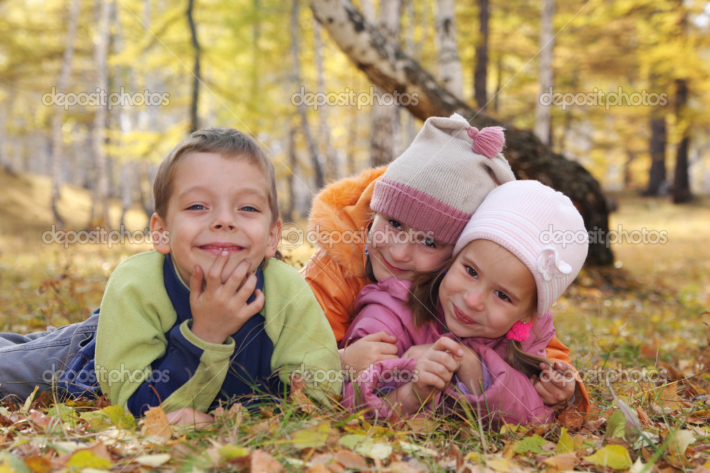 Happy children in autumn park 5 — Stock Photo #1852481