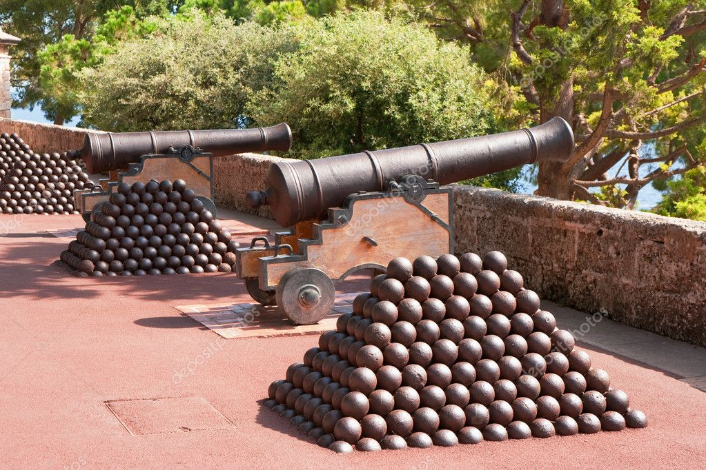 Cannon and cannon balls near Prince — Stock Photo #1820567