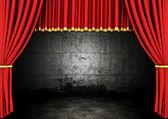 Cortinas de teatro palco vermelho e quarto escuro — Foto Stock