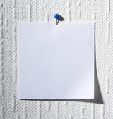 Note pinned on a wall — Stockfoto