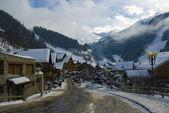 Alpská vesnice v zimě — Stock fotografie