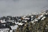 зимняя деревня в тумане — Стоковое фото