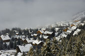 Winter dorp in de mist — Stockfoto