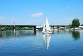 City bridge and sailing yacht sport — Stock Photo