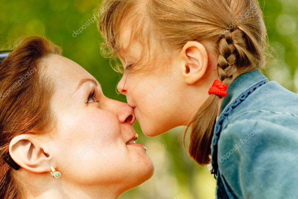 Beautiful young woman with small daughter are amused against summer nature. — Stock Photo #1586642