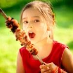 meisje eet kebab — Stockfoto