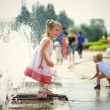 Girl and fountain — Stock Photo