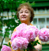 Pensioner with florets — Stock Photo