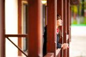Ragazza si appoggia contro corrimano portico — Foto Stock