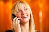 Sarışın cep telefonuyla konuşuyor — Stok fotoğraf