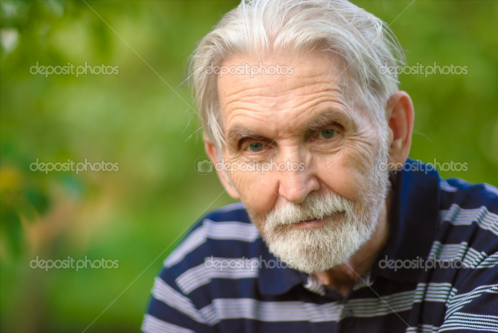Elderly man with grey-haired beard close up against personal plot. — Stock Photo #1607848