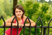 Meisje op brug hand-spoor — Stockfoto