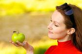 Meisje houdt een appel in de hand — Stockfoto