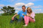 Mladý muž a dívka na louce — Stock fotografie