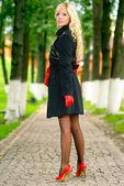 Blondýna na chodník v parku — Stock fotografie
