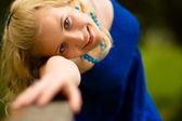 手すりでの少女の肖像画 — ストック写真